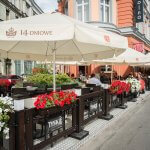 Parasol Classic Line z logiem Tyskie Gronie 14-dniowe oraz Setka Bar we Wrocławiu - miniatura zdjęcia prezentującego parasol